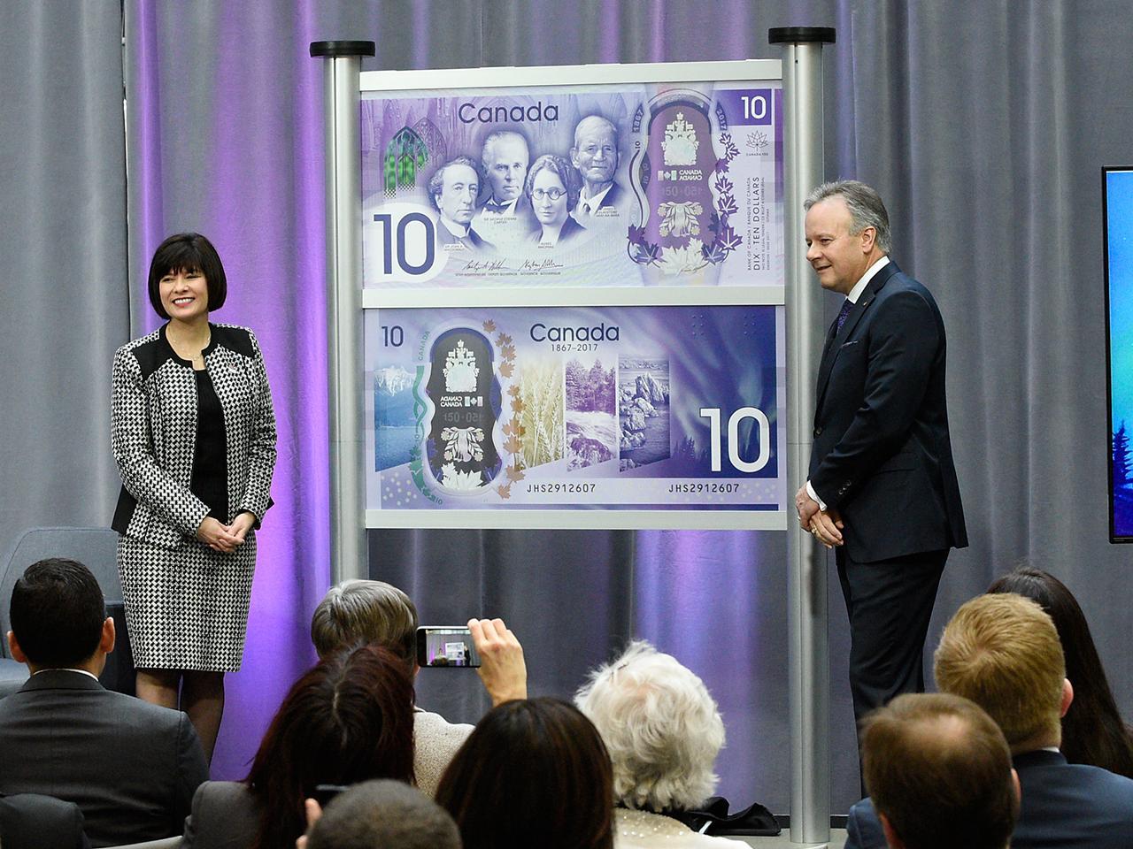 Mme Petitpas Taylor et le gouverneur Poloz dévoilant le billet