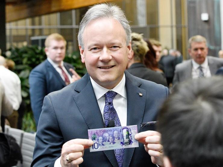 M. Poloz tenant un billet de banque