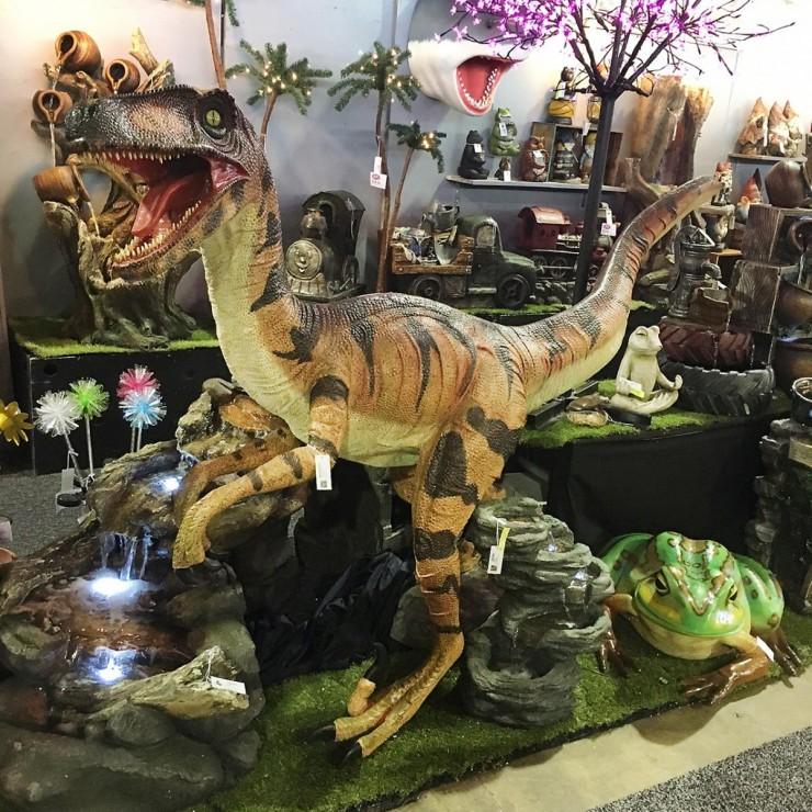 dinosaure et grenouille en plastique