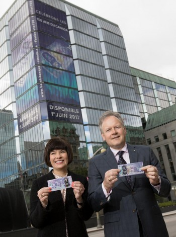 deux personnes tenant des billets de banque