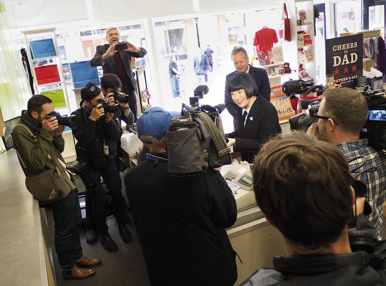 de nombreux représentants des médias dans une boutique de cadeaux