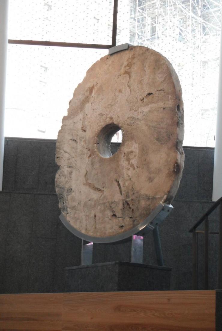 anneau de pierre sur son socle