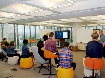 élèves dans une salle de réunion