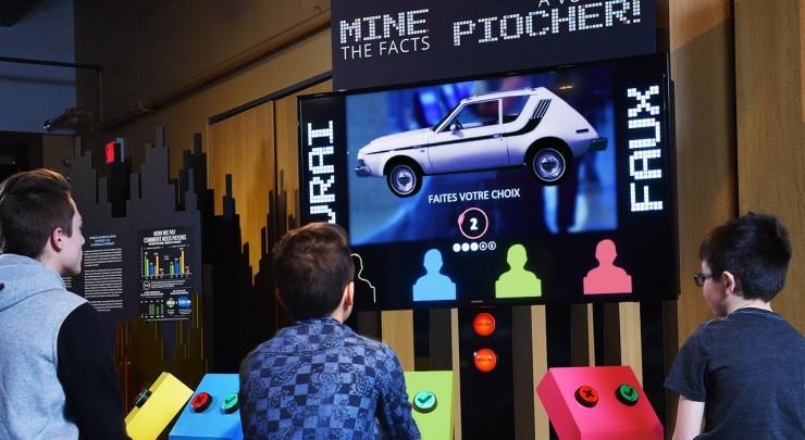enfants devant un jeu-questionnaire interactif