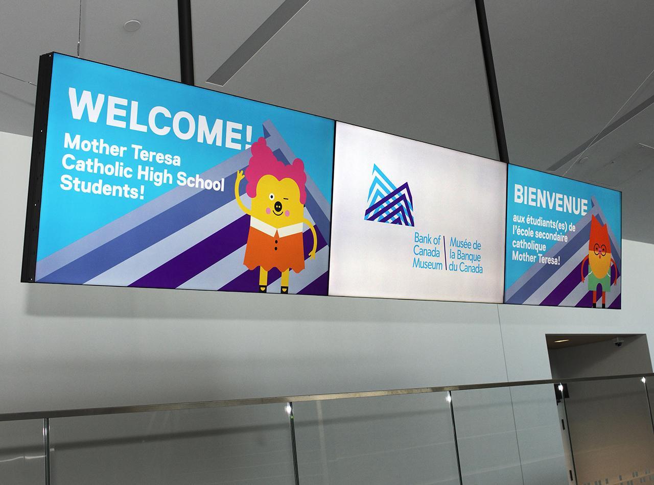 écrans affichant un message de bienvenue