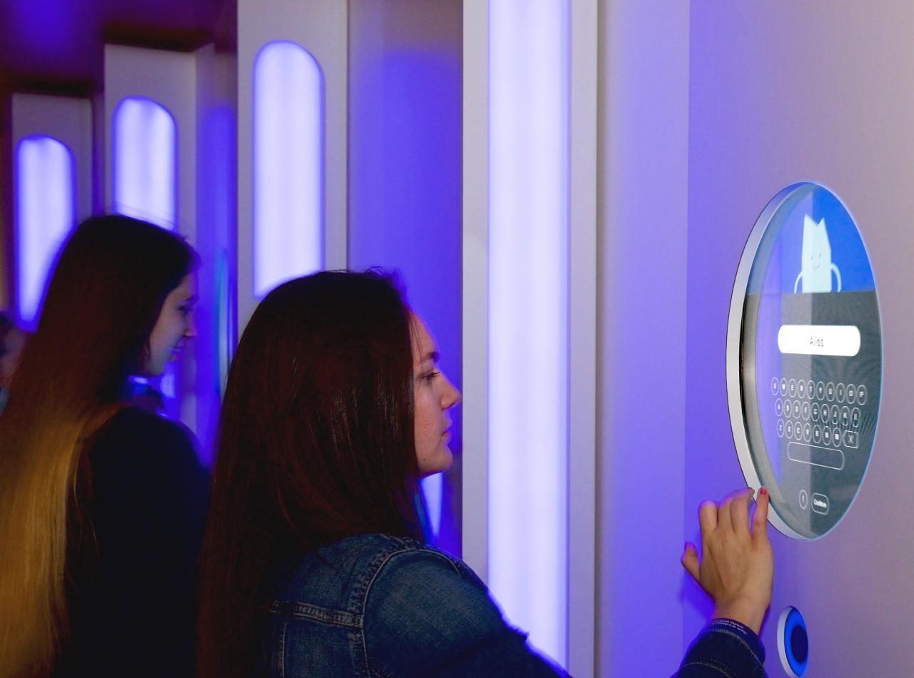 jeune femme tapant du texte sur un écran tactile