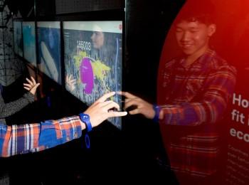 enfants manipulant des écrans tactiles
