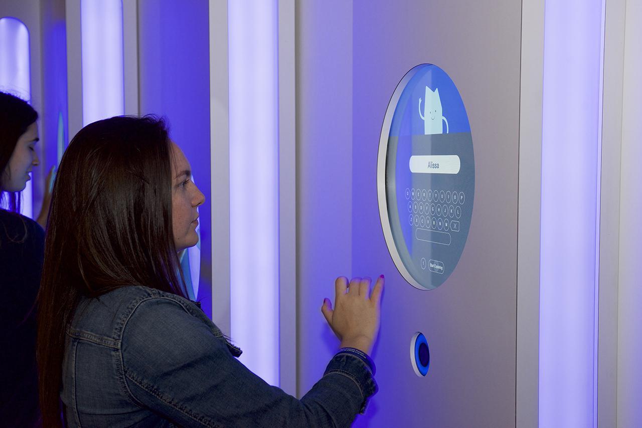 visiteurs appuyant sur un écran tactile