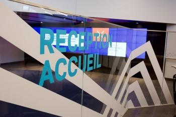 mur de verre indiquant l'aire d'accueil