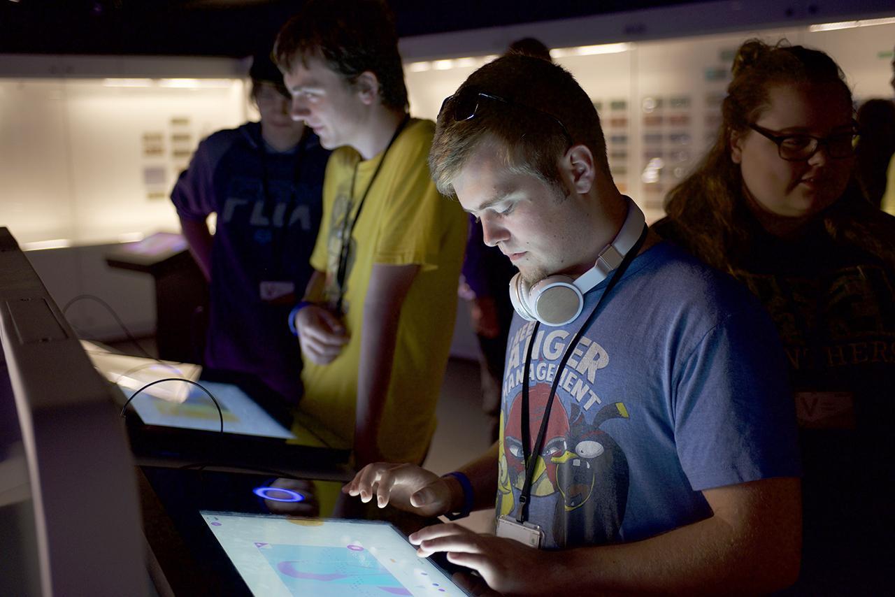 jeune homme se servant d'un écran tactile
