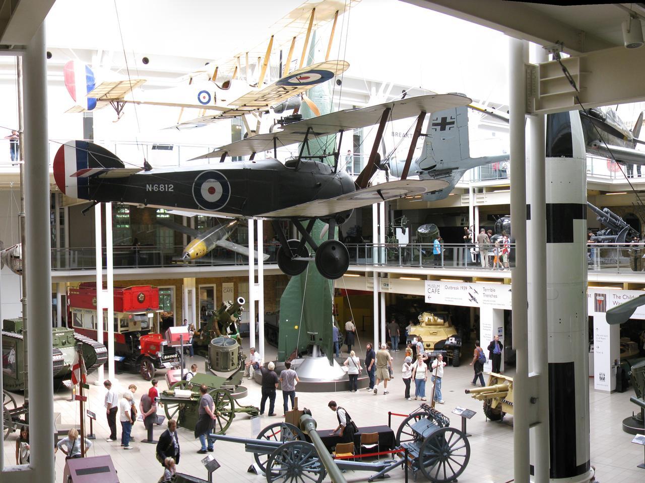 atrium rempli d'objets de guerre