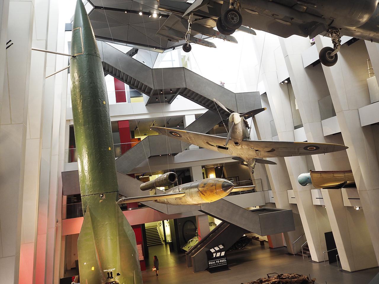 atrium contenant d'impressionnants objets de guerre
