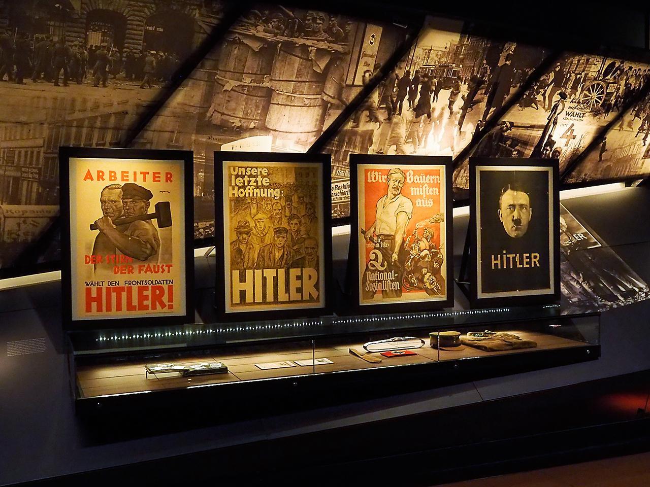 affiches à l'effigie d'Hitler dans une galerie de musée
