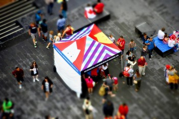 kiosque sous une tente aux couleurs vives