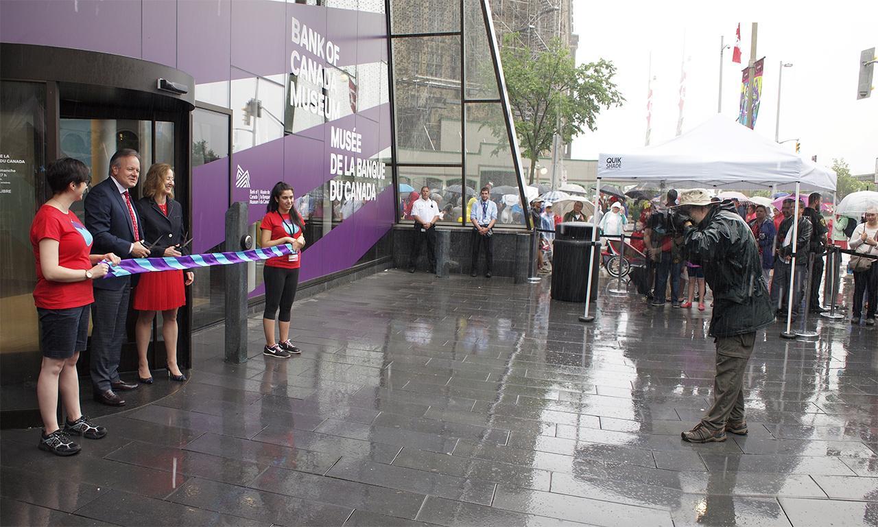 cérémonie d'inauguration sous la pluie