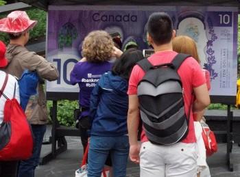 personnes devant un kiosque photo