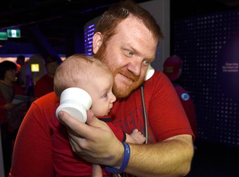 homme et bébé avec écouteurs