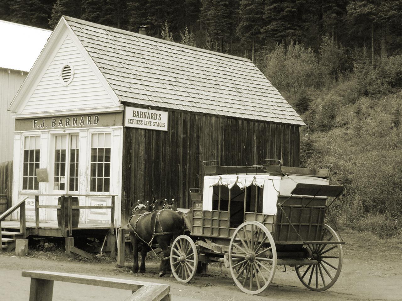 bâtiment en bois, charrette et chevaux