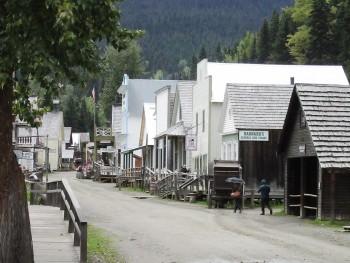 rue bordée de bâtiments en bois du XIXe siècle