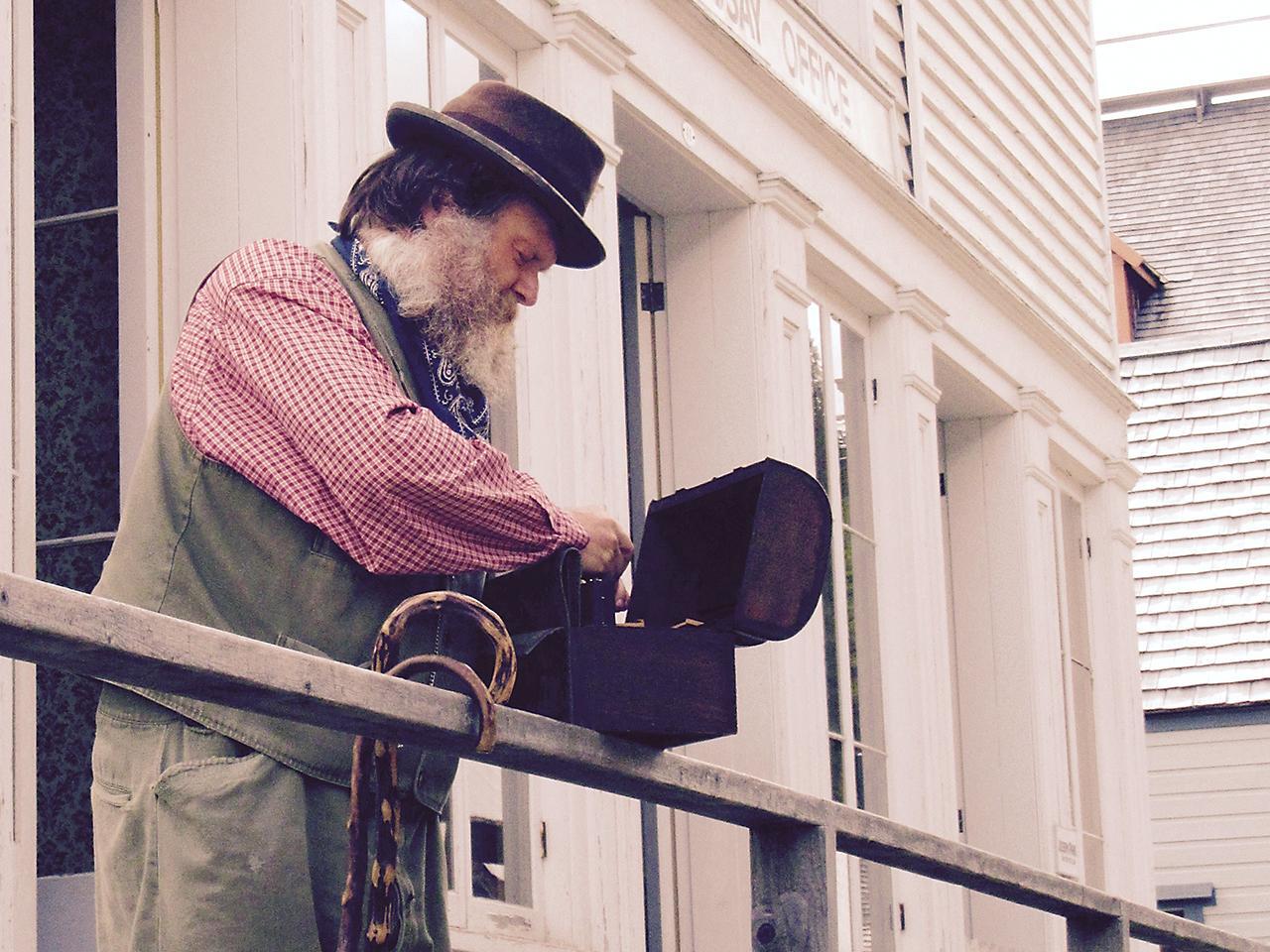 homme vêtu à la façon du XIXe siècle