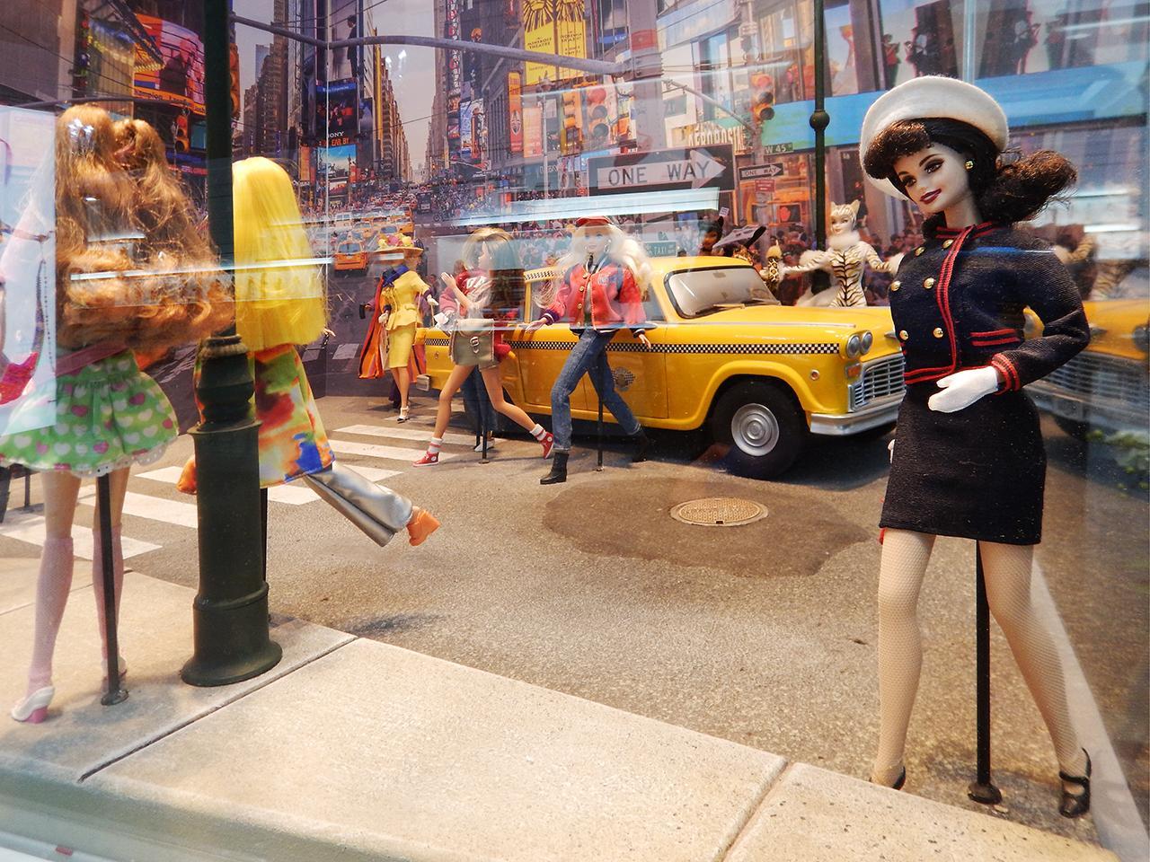 poupées dans un diorama représentant une scène de rue
