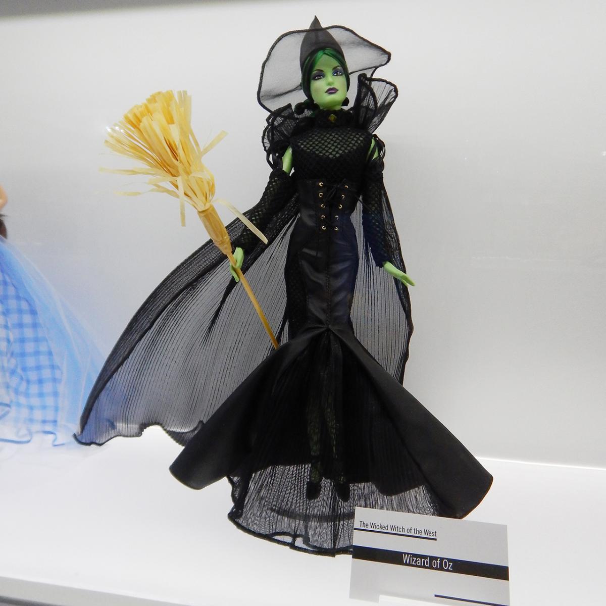 poupée en costume de sorcière