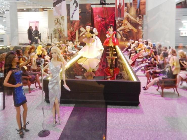 poupées dans un diorama représentant un défilé de mode