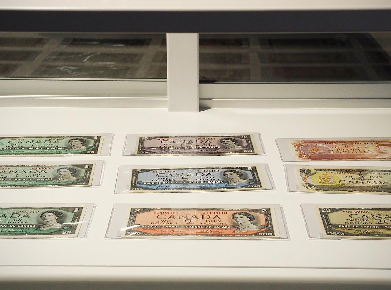 vieux billets de banque dans un présentoir