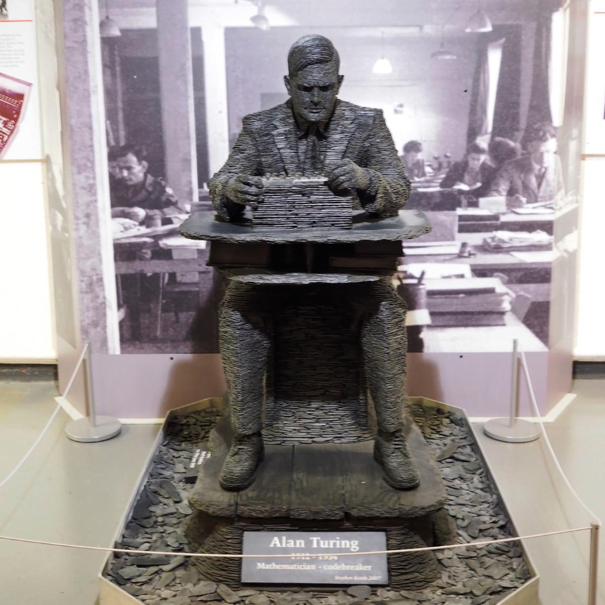 statue d'un homme assis