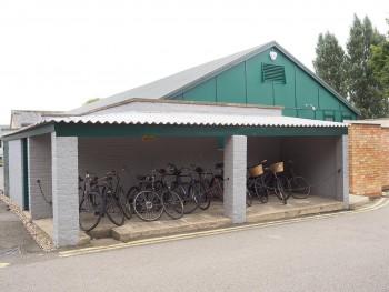 rangée de bicyclettes des années 1940 dans une remise