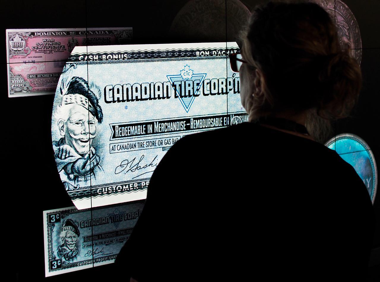 image d'un billet de banque affichée en très gros plan sur un écran