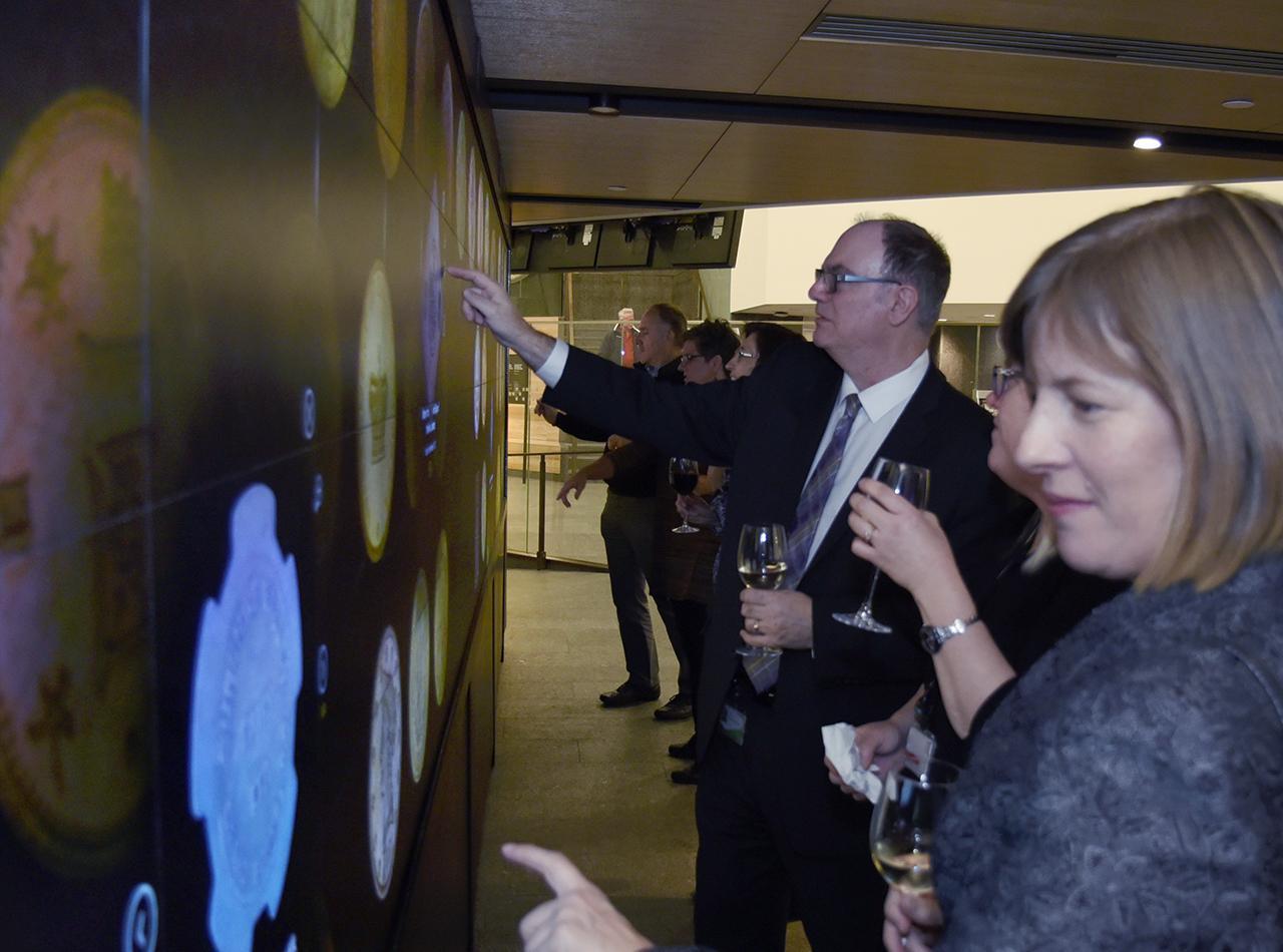 personnes se tenant devant un écran géant