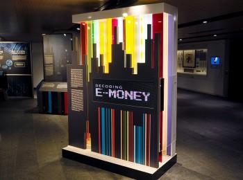 enseigne lumineuse de l'exposition La monnaie électronique déchiffrée