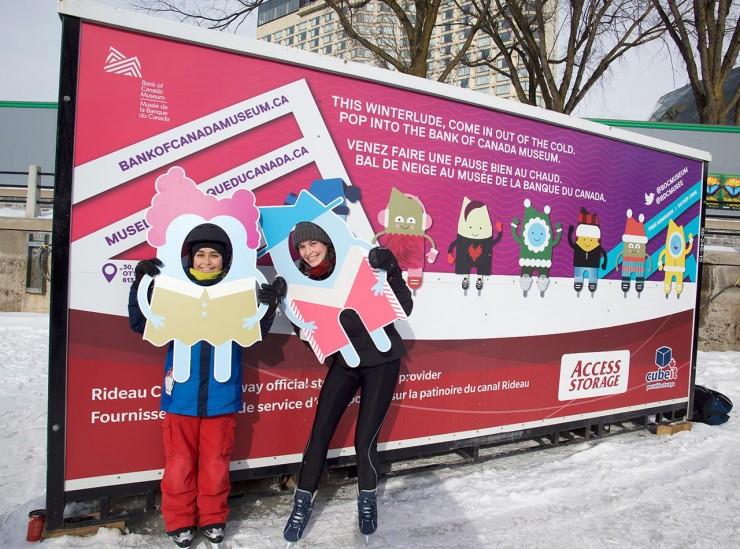 patineurs devant une pancarte