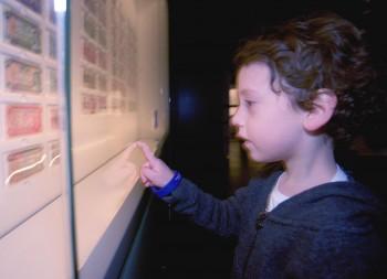 enfant dans un musée