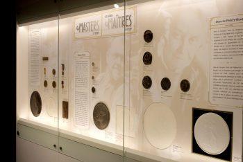 vitrine remplie de médailles