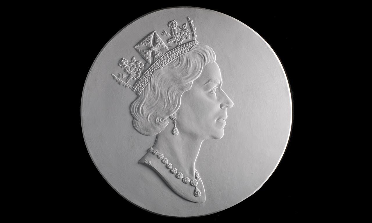 moulage en plâtre du visage de la Reine