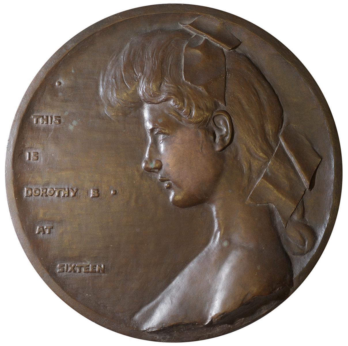 détail d'un portrait de femme en bas-relief