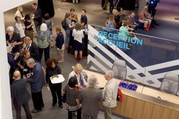 foule réunie dans le lobby du Musée