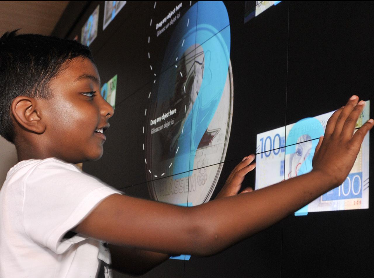visiteur manipulant un écran tactile géant