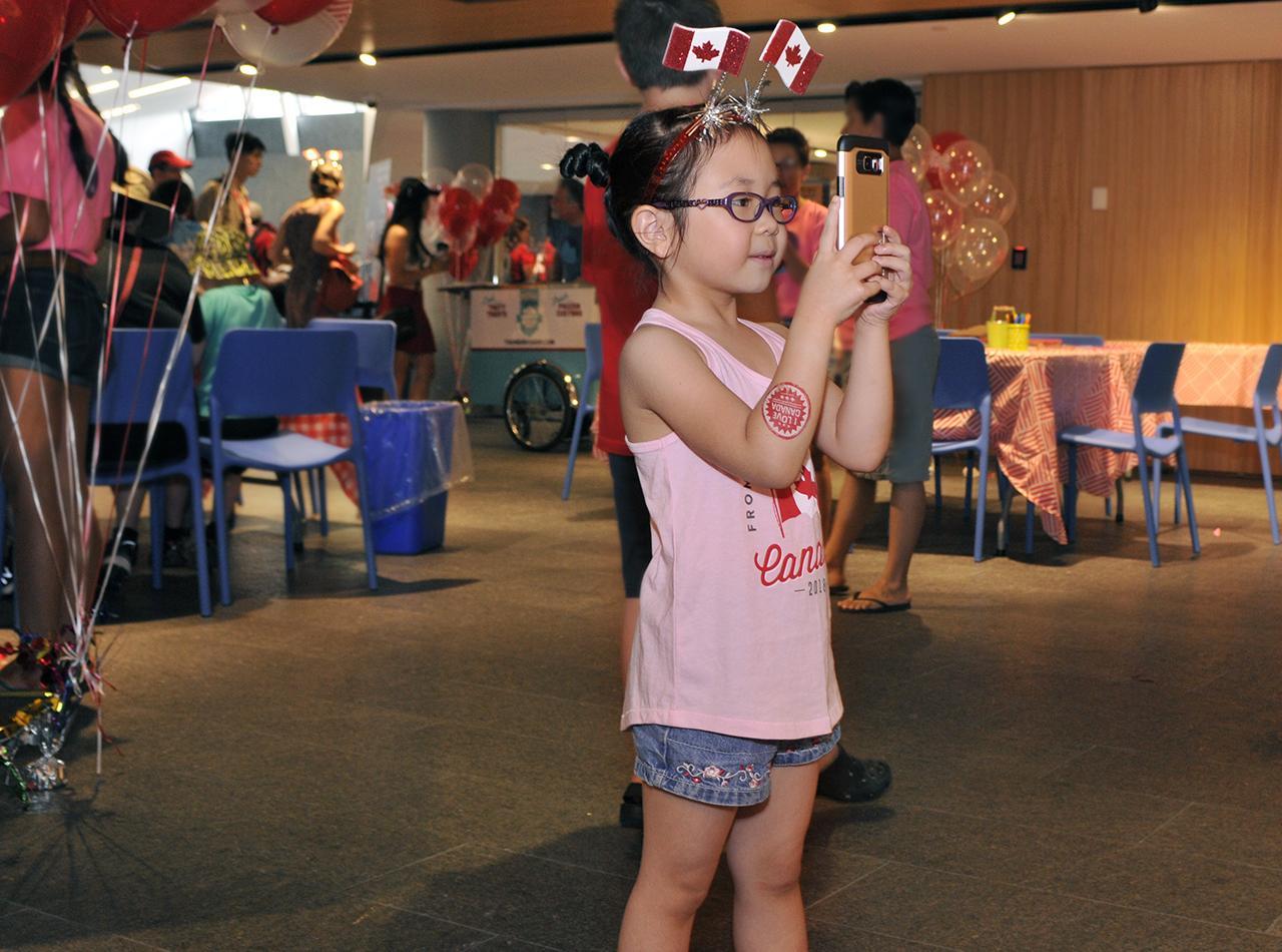 fille prenant un égoportrait au Musée