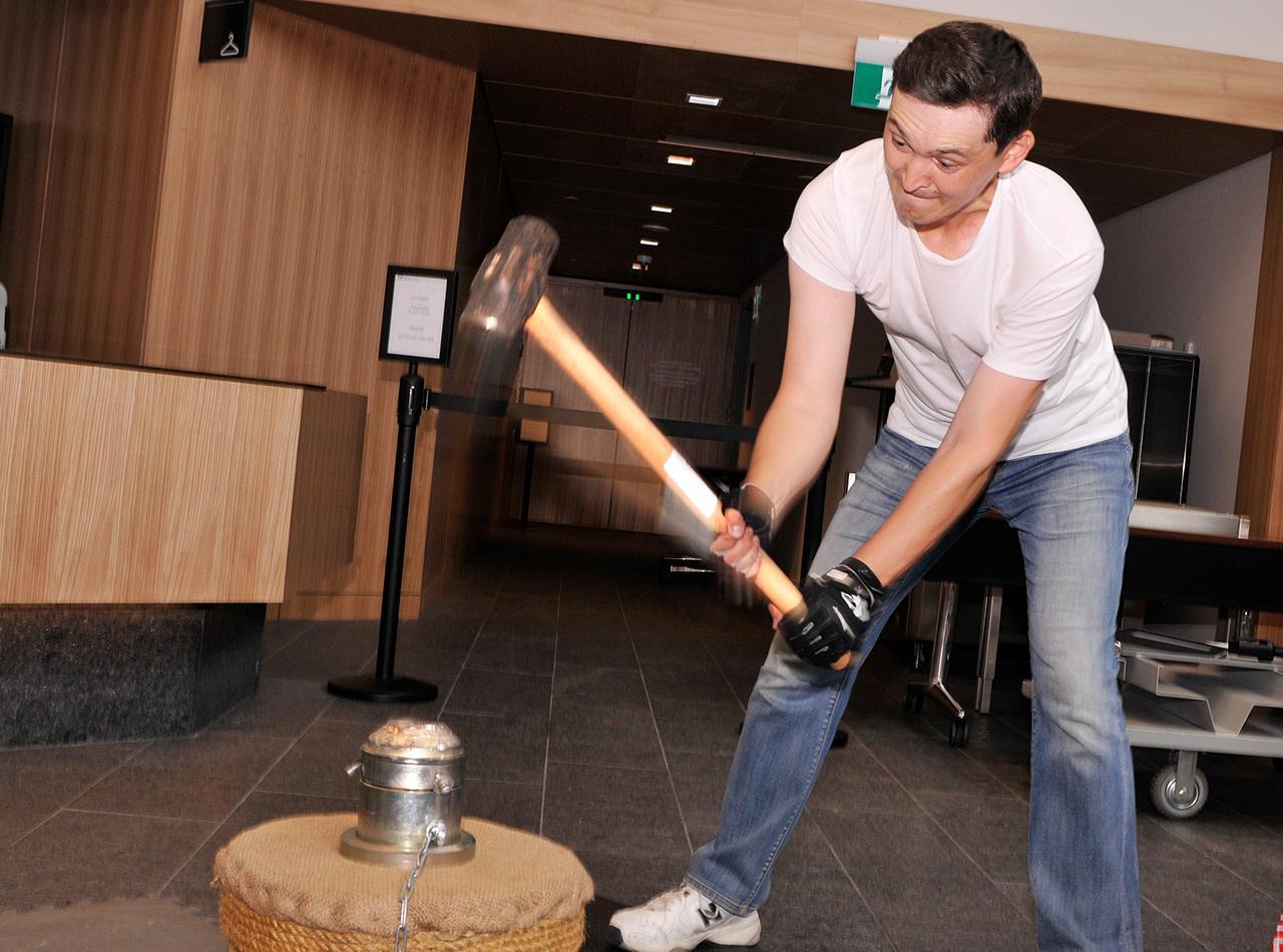 homme maniant un marteau