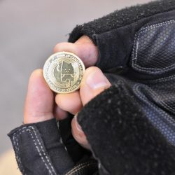 main tenant une pièce de monnaie