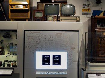 écran parmi des artefacts