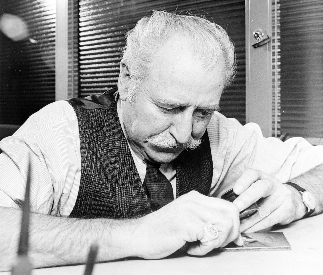 photo en noir et blanc du graveur de billets de banque George Gundersen en plein travail