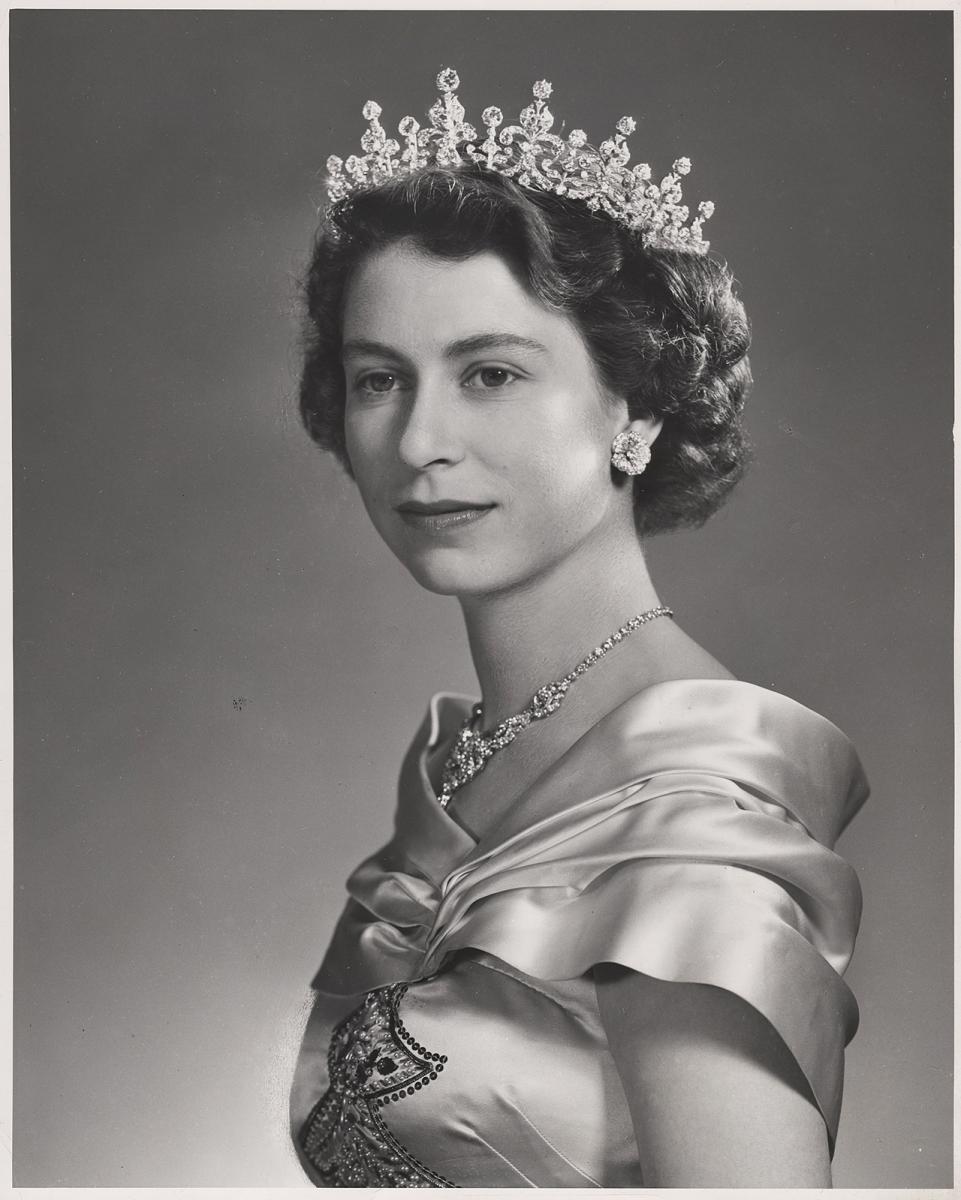 portrait en noir et blanc de la reine coiffée d'un diadème, vers 1951