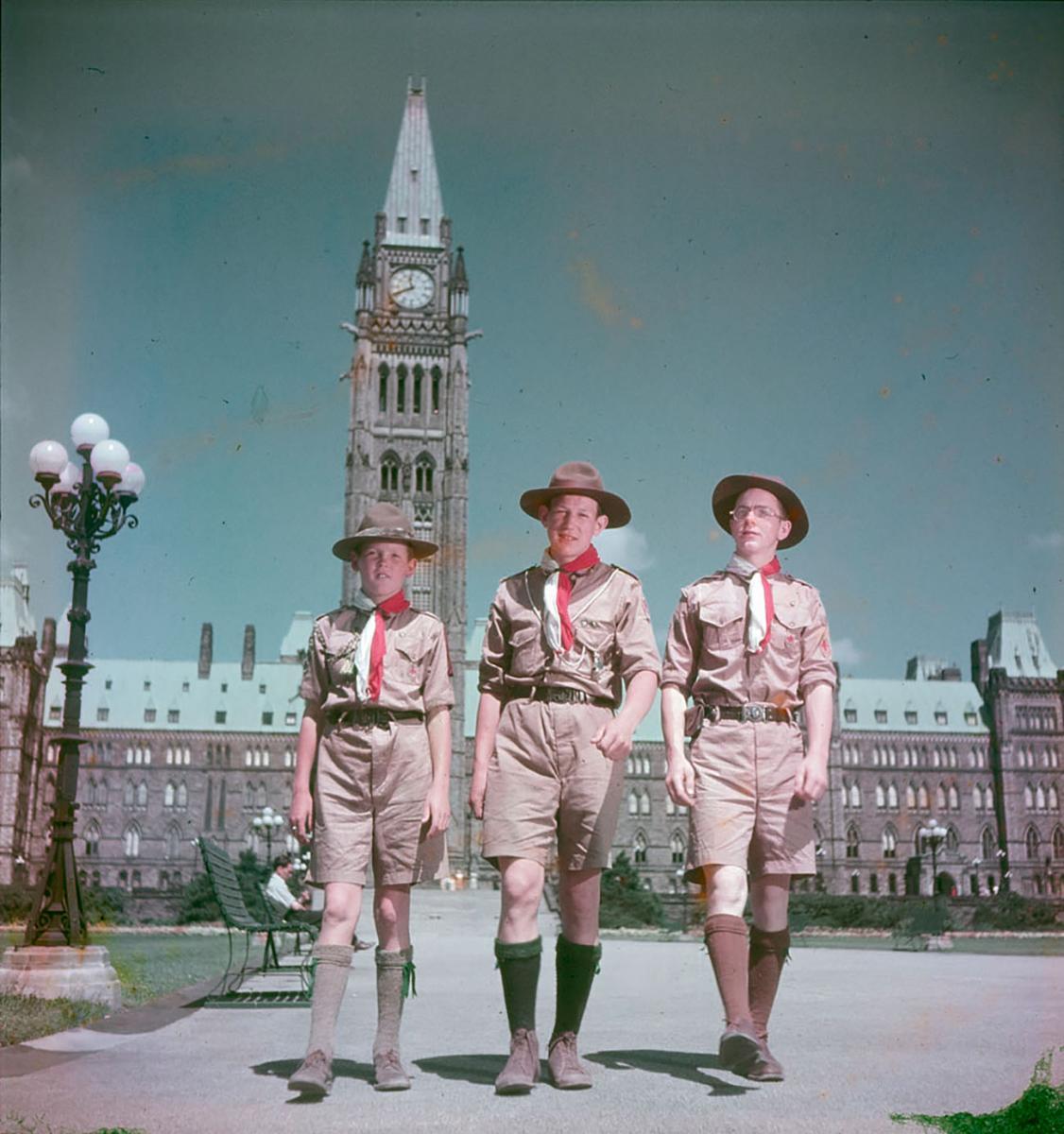 photographie couleur d'époque, trois garçons scouts devant le parlement