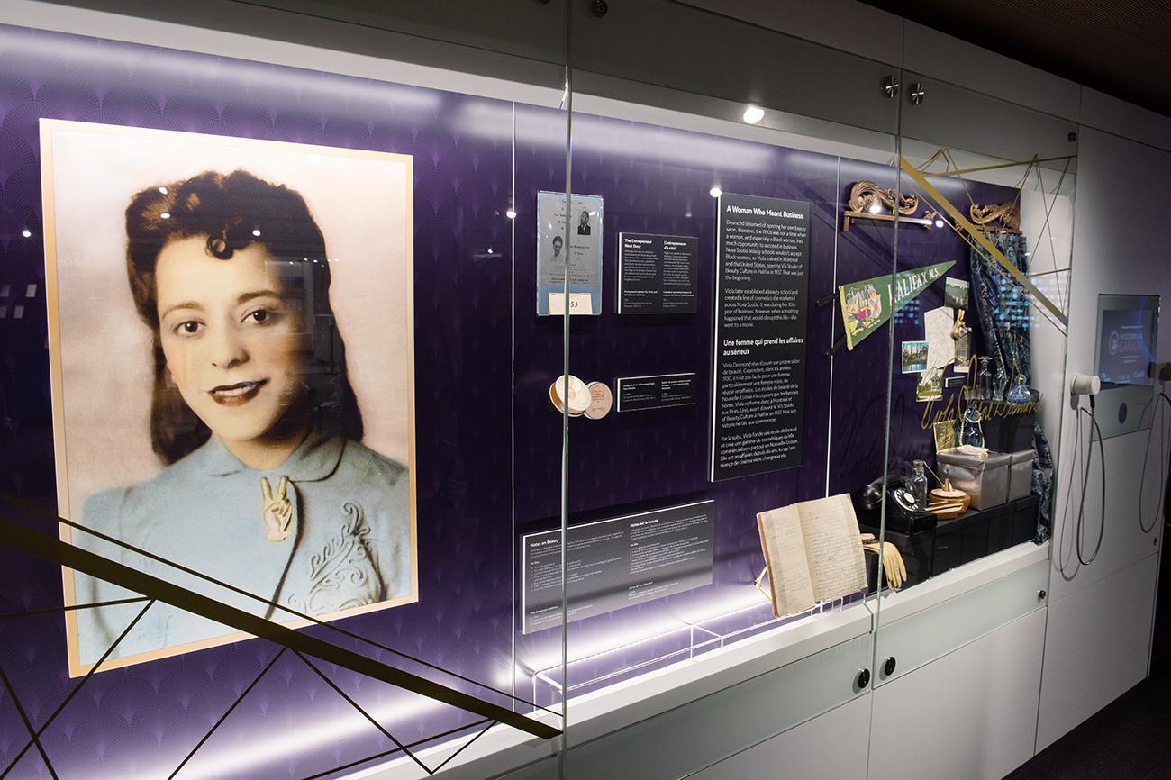 portrait grand format de Viola Desmond exposé en vitrine