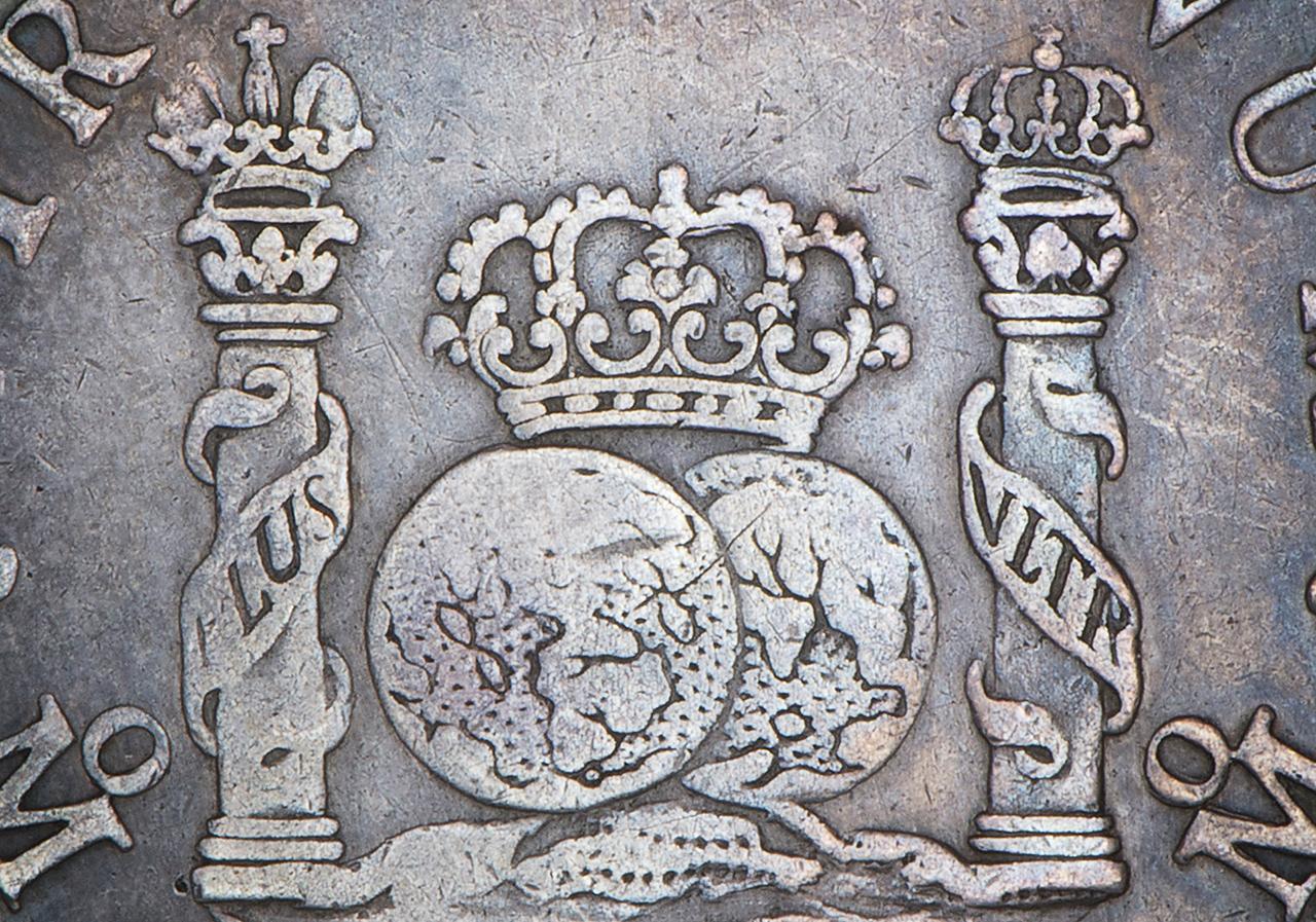 ancienne pièce de monnaie marquée de colonnes, de globes et de couronnes