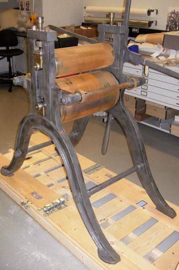presse d'imprimerie rouillée du XIXe siècle dans l'atelier